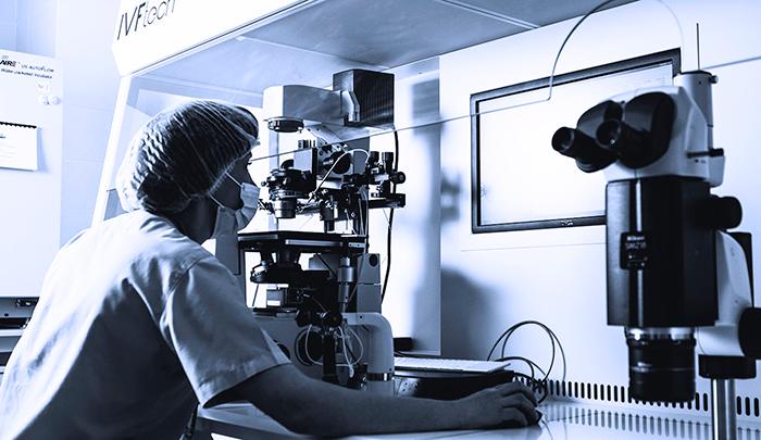 Эмбриолог за работой в отделение эмбриологии