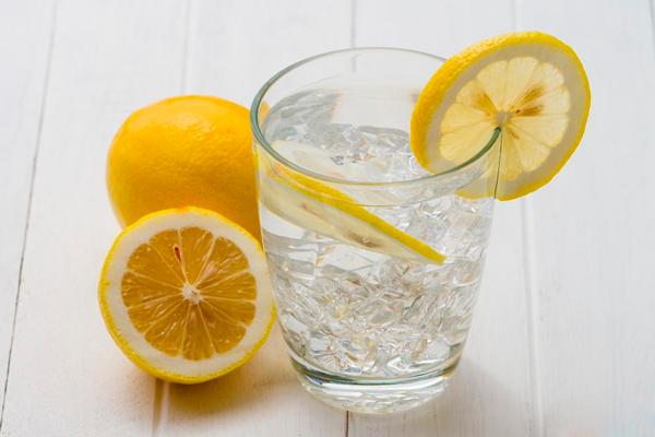 Стакан воды с лимоном в помощь при токсикозе
