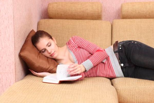 Нахождение девушки в спокойной обстановке после переноса эмбрионов